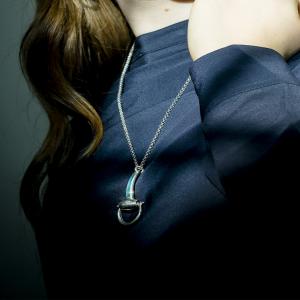 collana argento con ciondolo a staffa